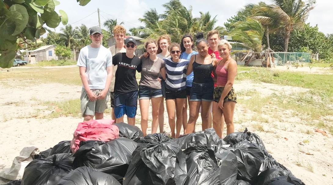 ビーチ清掃に活躍するベリーズの海洋環境保護ボランティアたち
